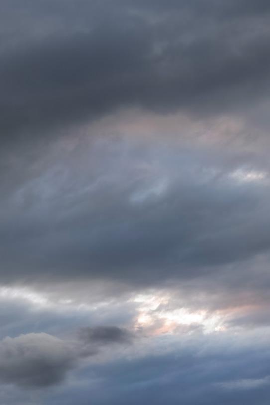 灰色の空から光が溢れるの写真画像