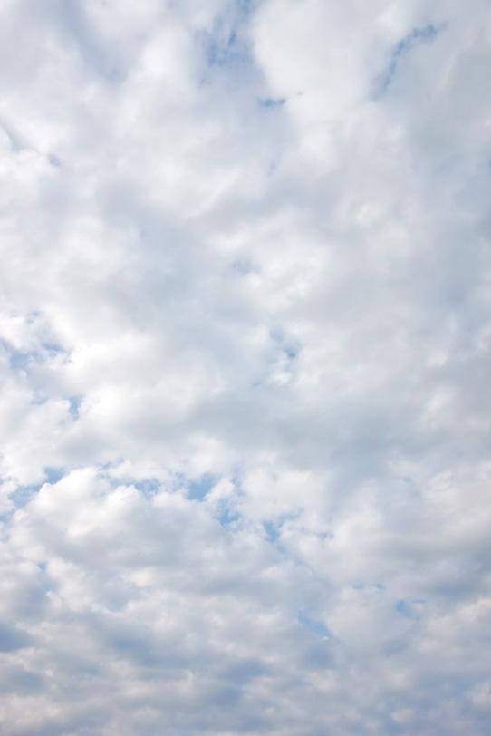 青空を遮る沢山の白雲の写真画像
