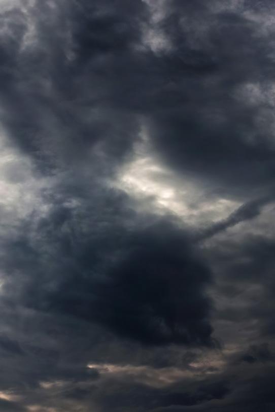 黒い絵具の様な雲が空に暈けるの写真画像