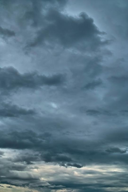 墨を流した様な黒雲と灰色の空の写真画像