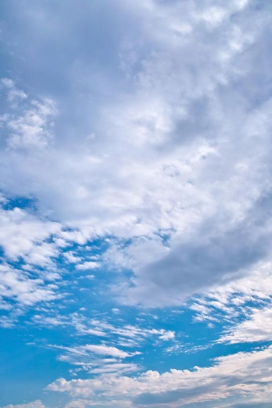 青空に雲が果てしなく広がるの写真画像