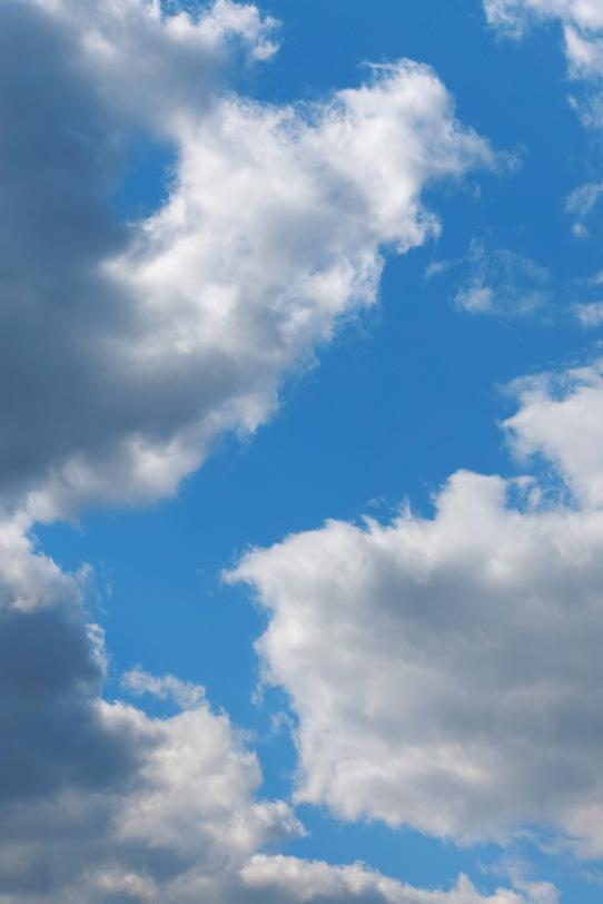 雲が割れて現れる青空の道の写真画像