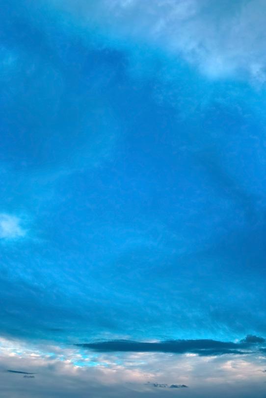 雲上に広がる暈し模様の青空の写真画像