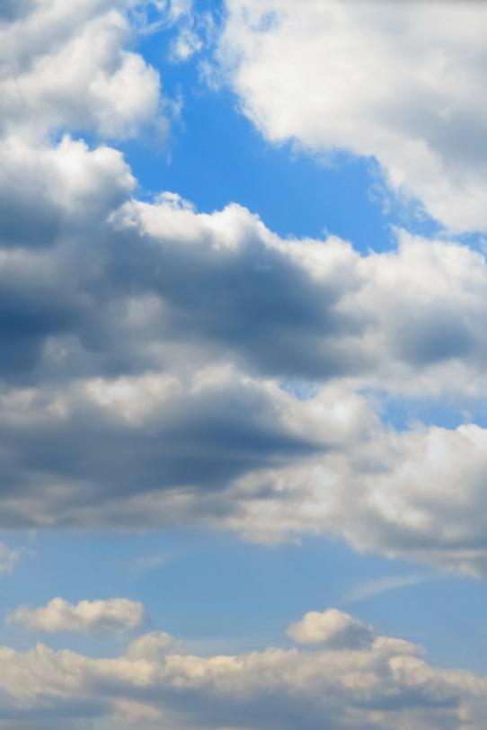青空に被さる大きな積雲の写真画像