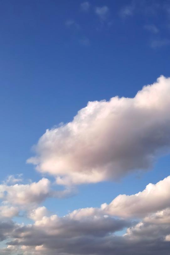 青空に薄く紅色に染まる雲の写真画像