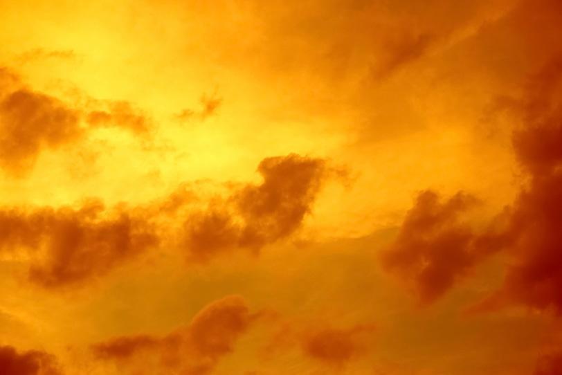雲を焦がす夕焼けの光の写真画像
