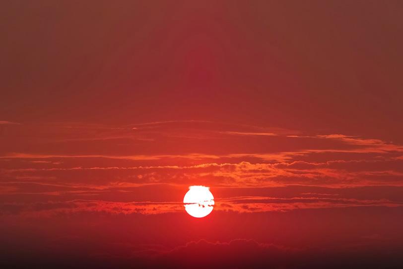 真赤な夕焼けに美しい夕陽が沈むの写真画像