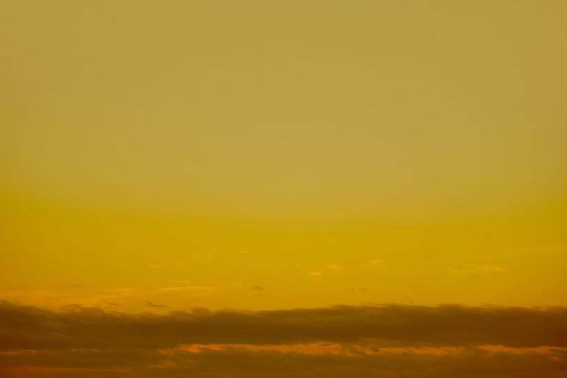 黒雲が這う金色の夕焼けの写真画像