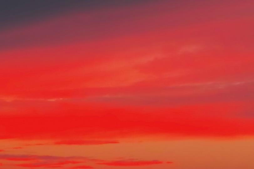 赤い染物のような鮮彩な夕焼けの写真画像