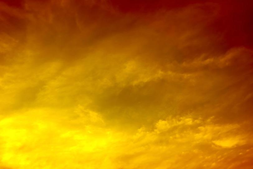 雄麗な金色に光り輝く夕焼けの写真画像