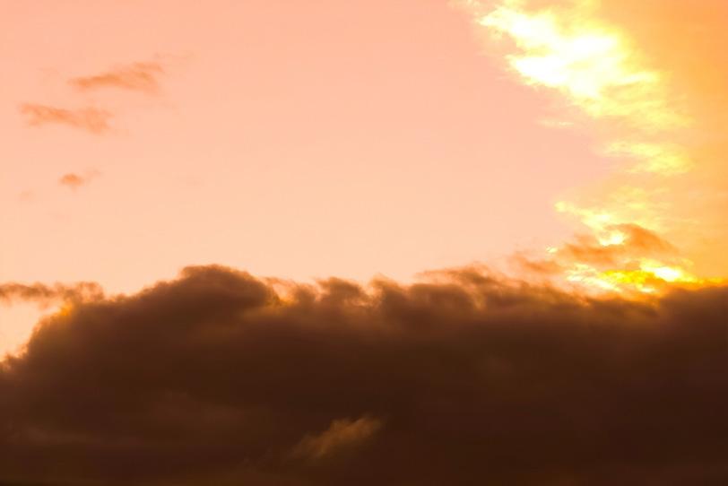 黒雲が壁の様に遮る夕焼けの写真画像