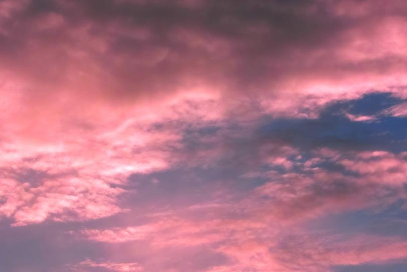 夕焼けの雲がピンクに染まるの写真画像