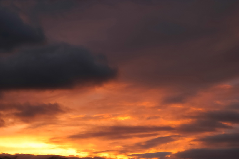 炎のように燃える夕焼けの写真画像