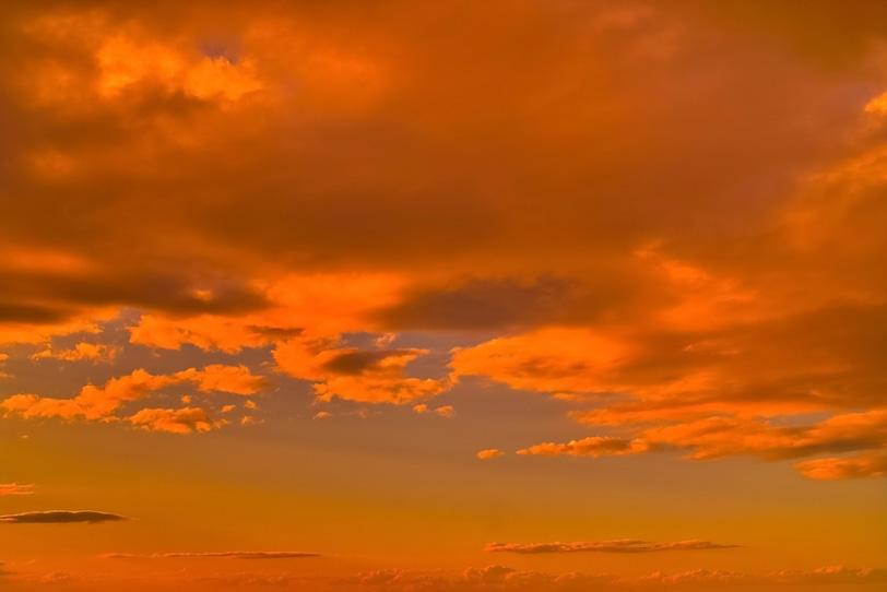 オレンジ色の鮮やかな夕焼けの写真画像