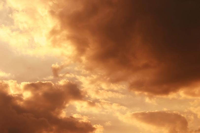 夕焼けの空に大きな雲が輝くの写真画像