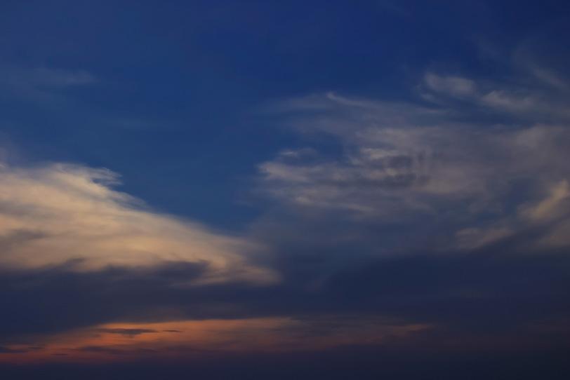 夕焼けが残る暗い空の写真画像