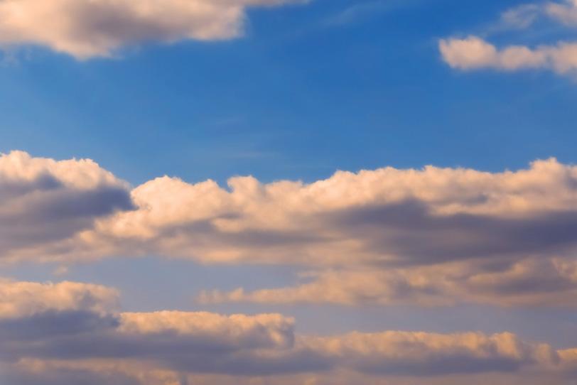 雲が色づき夕焼けが始まるの写真画像