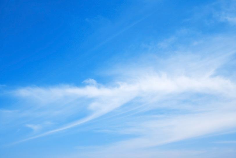 青空に絵筆の跡ような白雲の写真画像