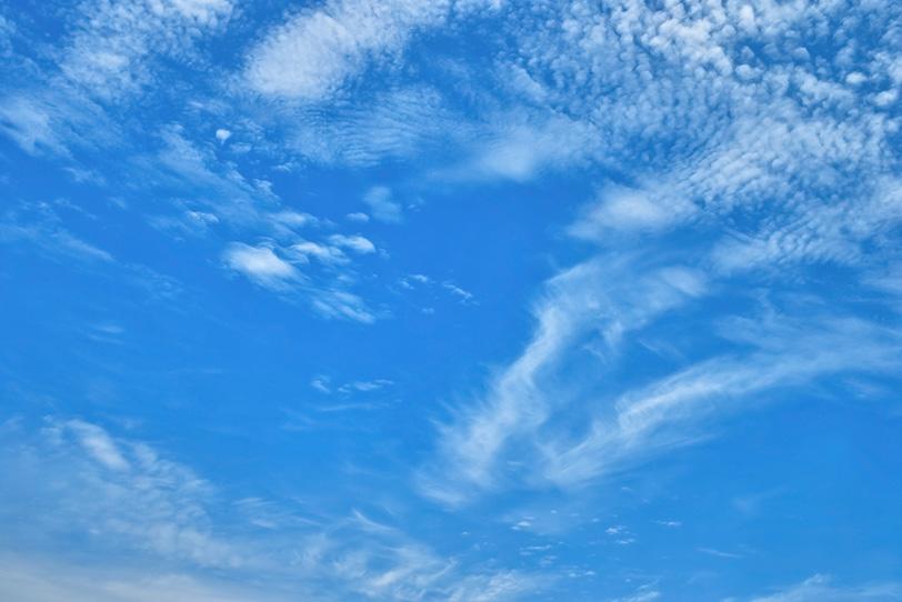 うろこ雲が漠漠たる青空に流れるの写真画像