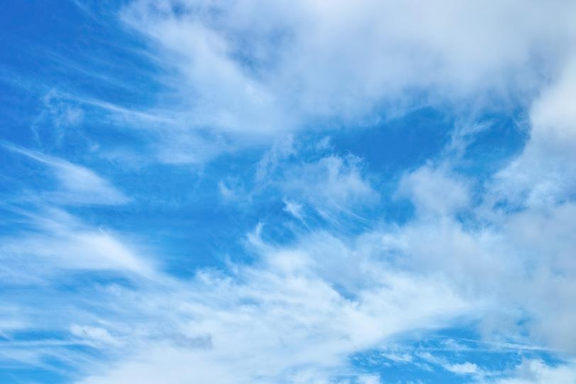 青空に筋を描く白い雲の写真画像