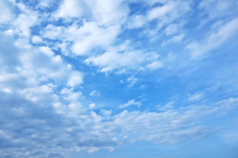 青空に遠くまで広がる綿雲の写真画像