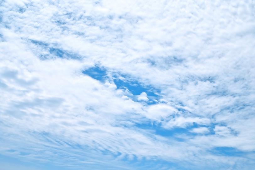 青空を覆う泡のような白い雲の写真画像