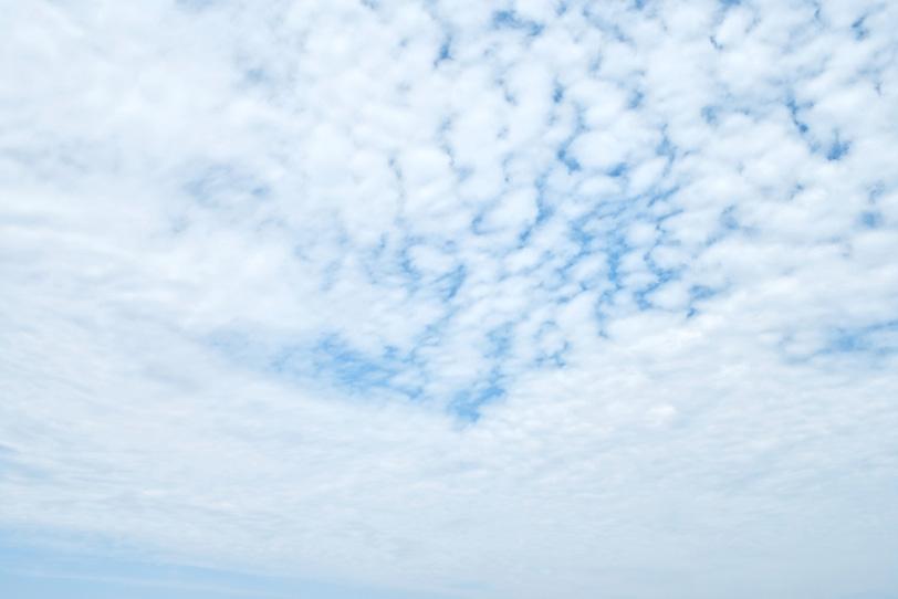 空一杯の羊雲から少し覗く青空の写真画像
