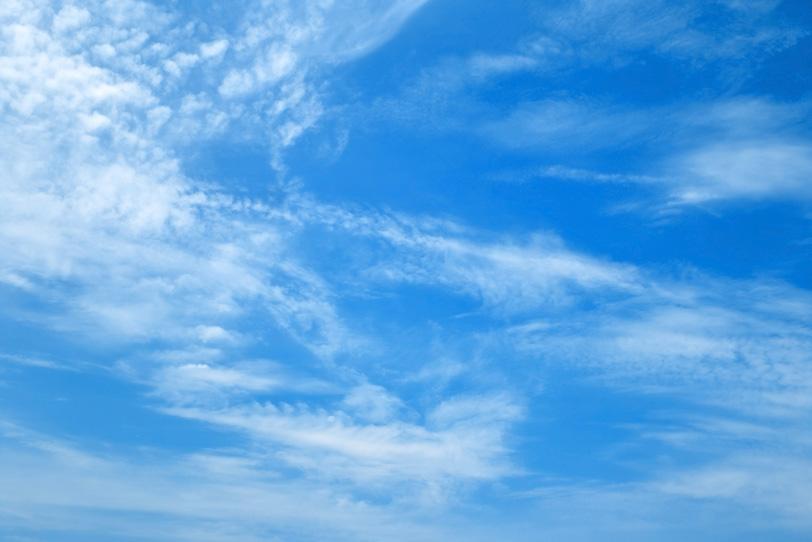 青空に登る白煙のような雲の写真画像