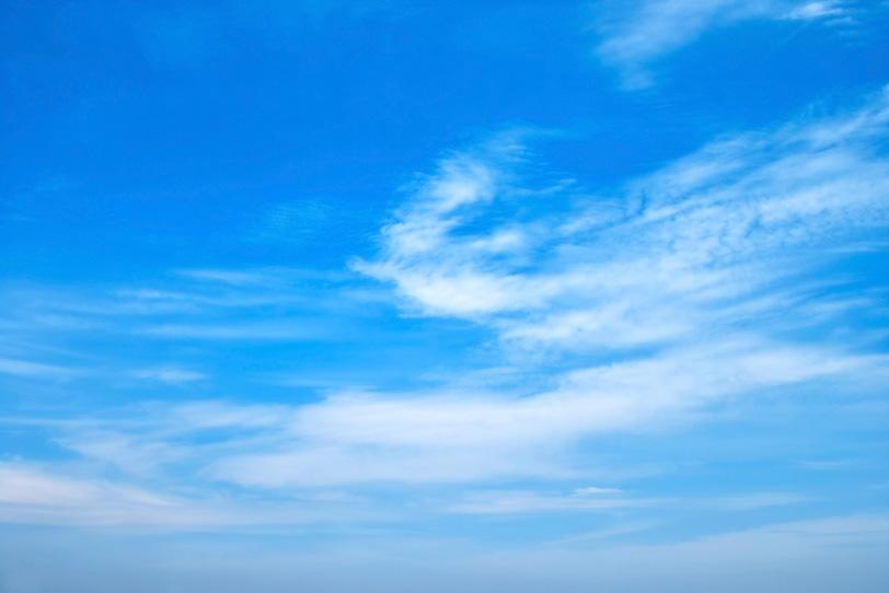 青空と川の流れのような雲の写真画像