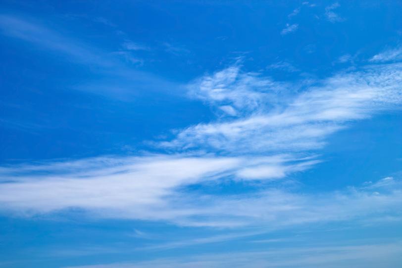 青空と帯状に広がる雲の写真画像