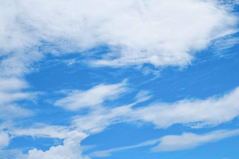 鮮やかな青空に流れるような雲の写真画像