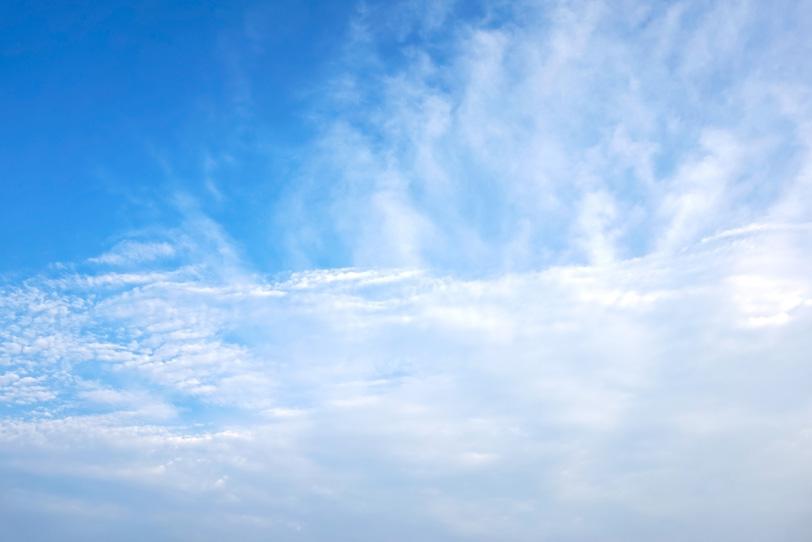 遠くまで続く雲の先の青空の写真画像