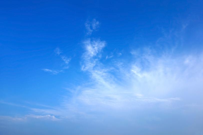 夏の青空に踊るような巻雲の写真画像