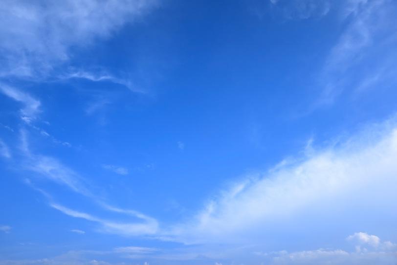 透き通った青空を囲む雲の写真画像