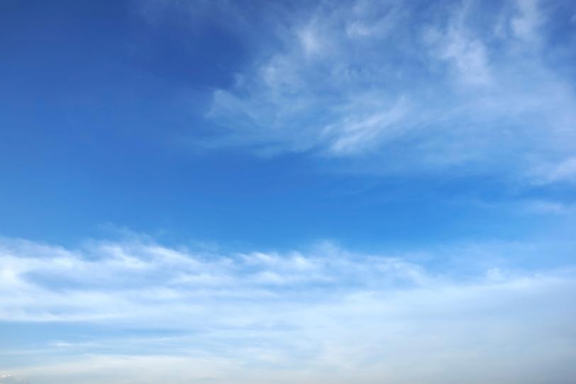 青空と波のような薄い雲の写真画像