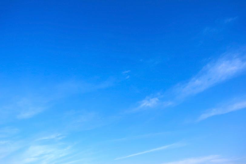 なびく雲と爽やかな青空の写真画像