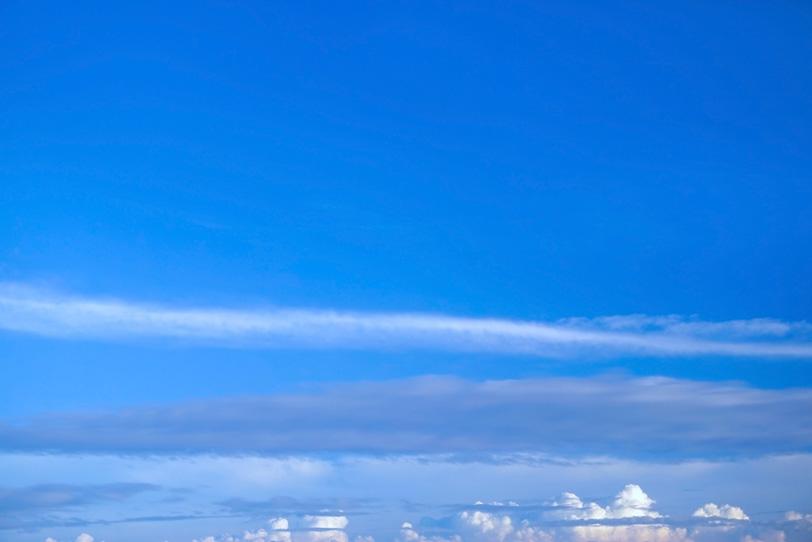 夏の青空と水平に広がる雲の写真画像