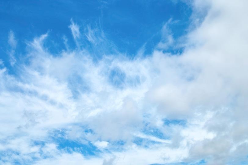 青空を描きなぐる白い雲の写真画像