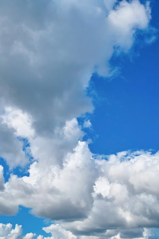 青空と押し寄せる夏の雲の写真画像