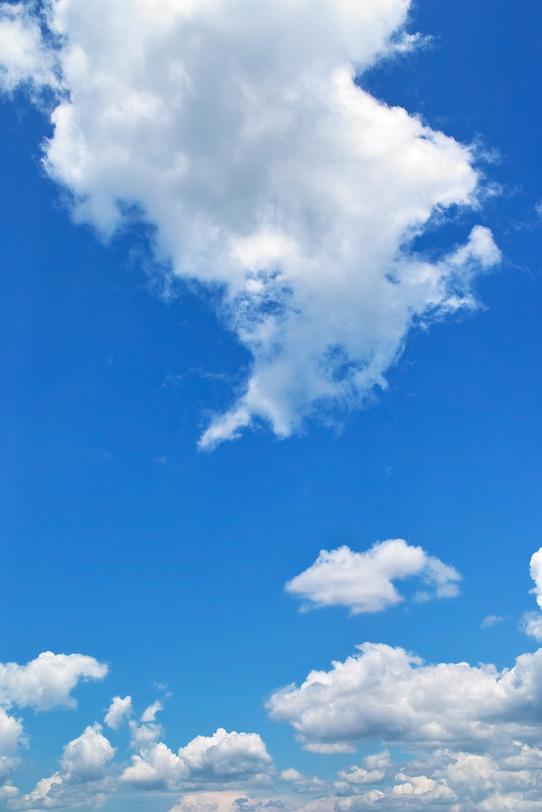 清々しい夏の青空と白い雲の写真画像
