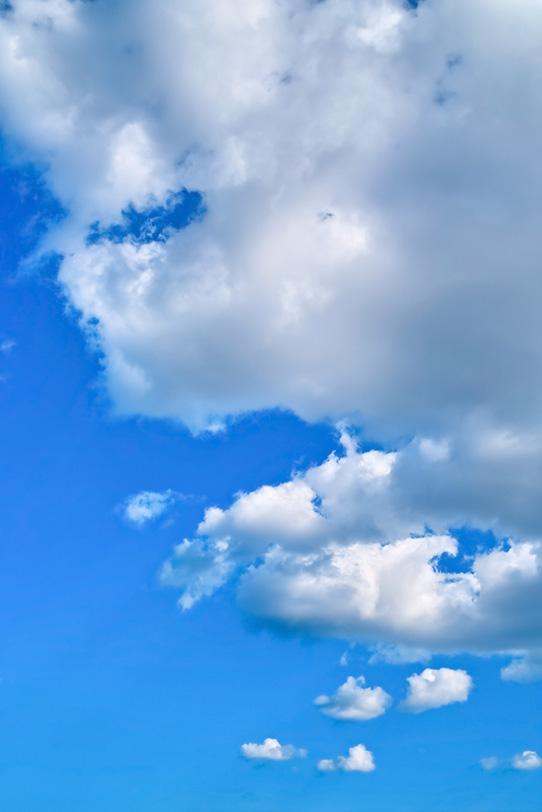 積雲が漂う清明な青空の写真画像