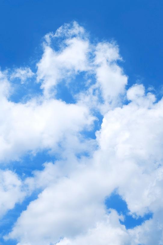 青空高く進む真っ白な雲の写真画像