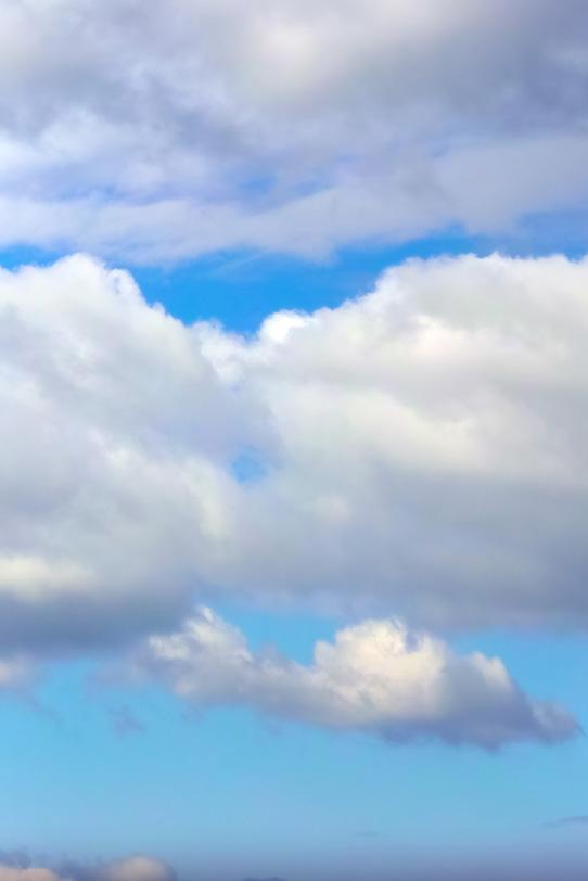 澄み渡る青空を遮る大きな雲の写真画像
