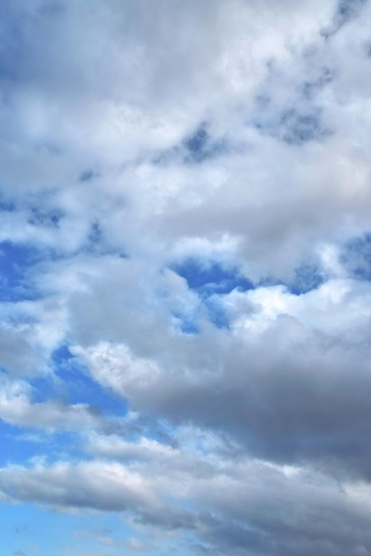 厚い雲が重なる青空の写真画像