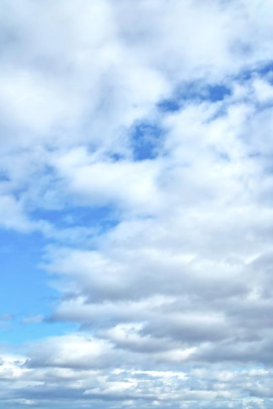 叢雲が彼方まで続く青空の写真画像