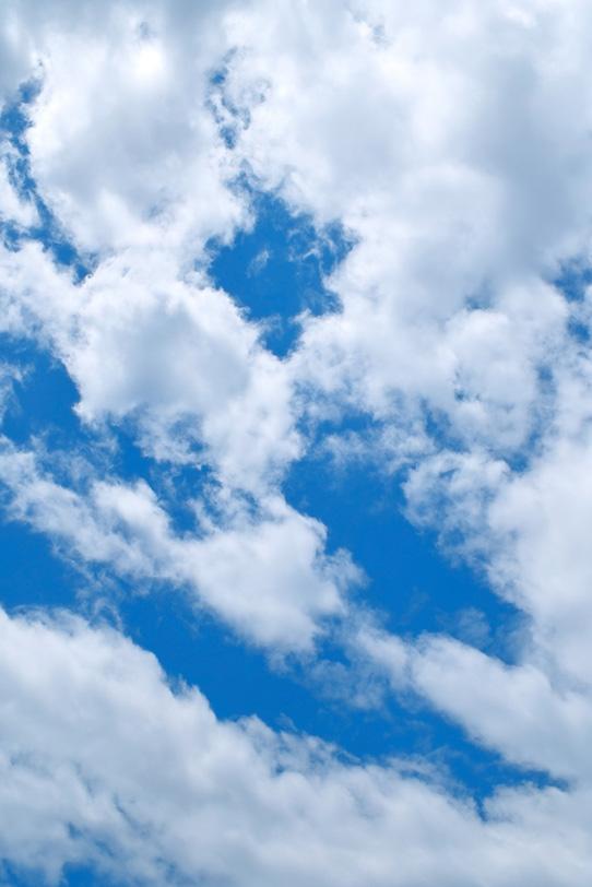 塔状雲が立ち上る青空の写真画像