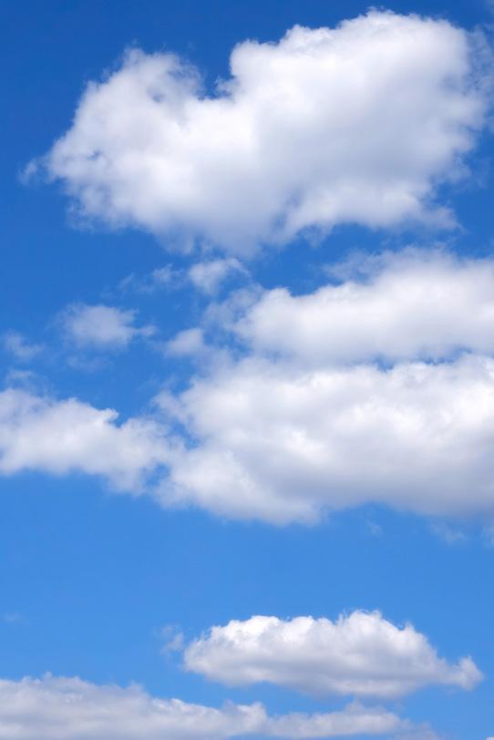 大きな綿雲が浮かぶ青空の写真画像