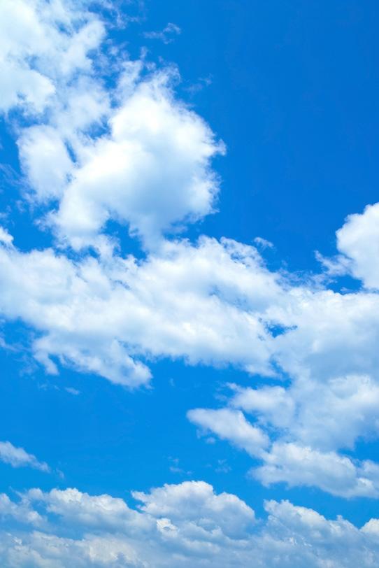 青空と風に流される雲の写真画像
