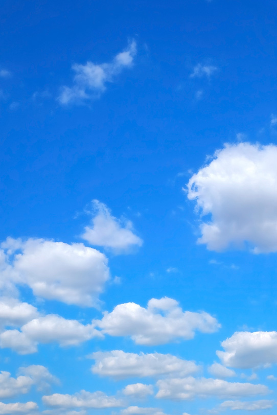 鮮麗な青空と長閑に浮かぶ雲の写真画像