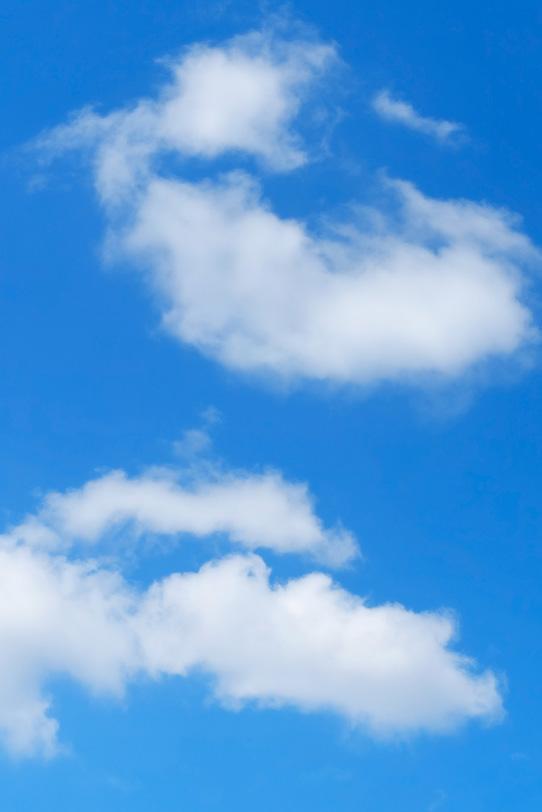 青空をのどかに浮かぶ雲の写真画像